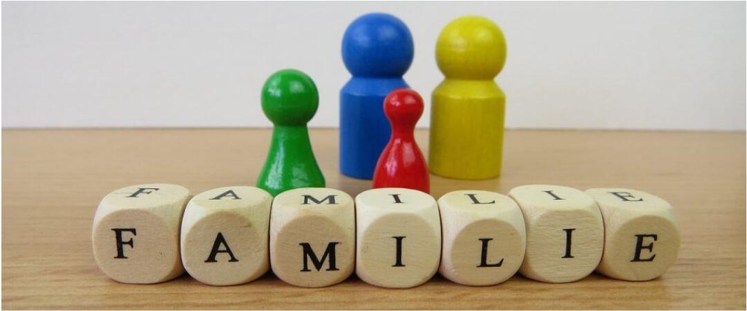 Familie aus Buchstabenwürfeln