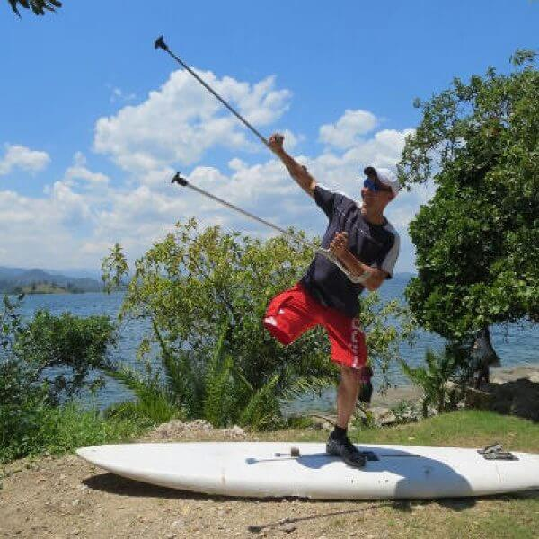 Jochen Reinert auf Surfbrett